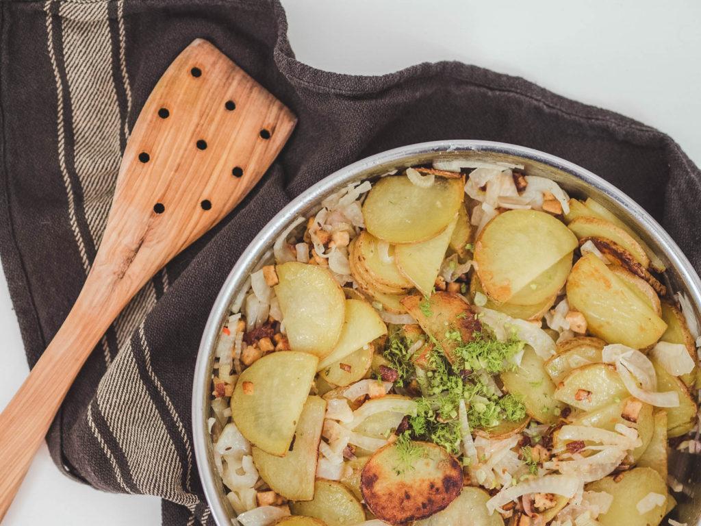 selbstgekochte Bratkartoffel-Fenchel-Pfanne mit Holzpfannenwender