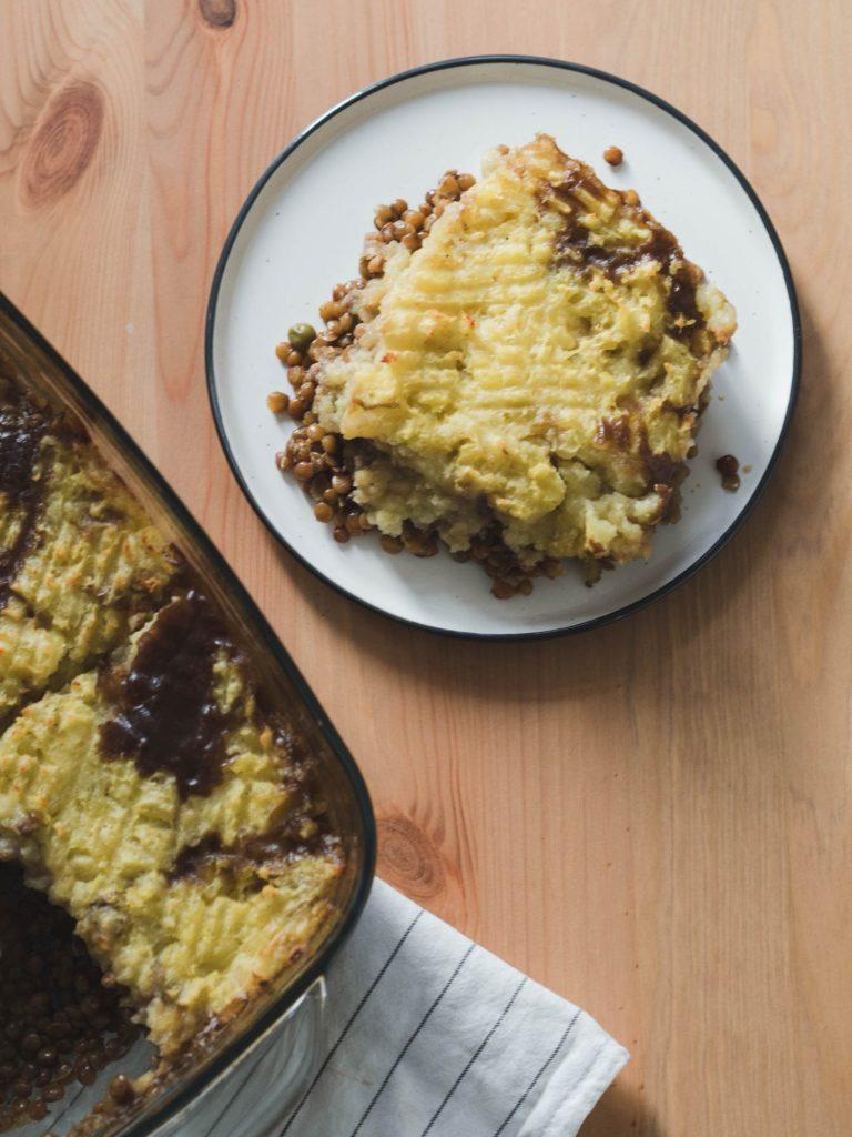 Berglinsen und Pilze in Schwarzbiersauce mit Kartoffelpüree überbacken
