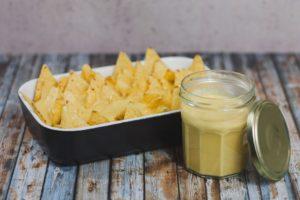 Mit veganer Käsesauce überbackene Nachos